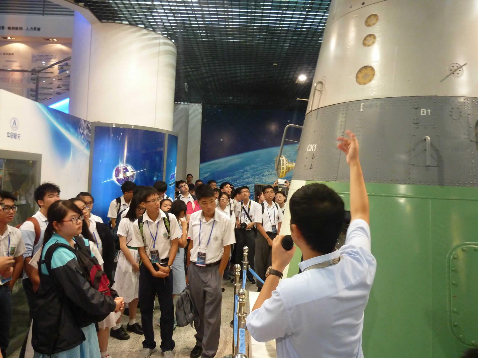 在中國空間技術研究院,學生留意工程師講解太空科技
