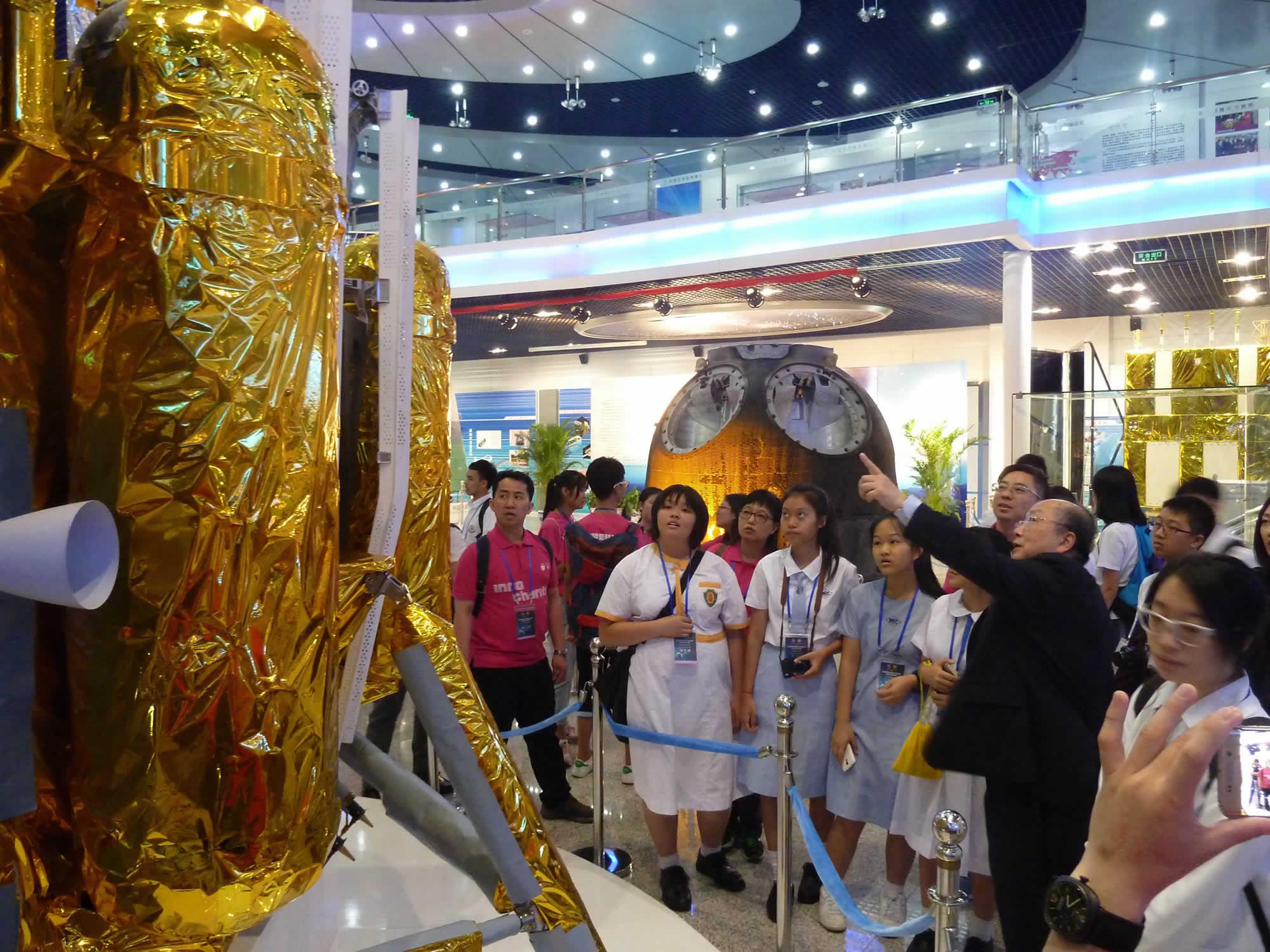 在中國空間技術研究院,嫦娥三號攝影系統設計者容啟亮教授為學生簡介月球攝影情况 (1)