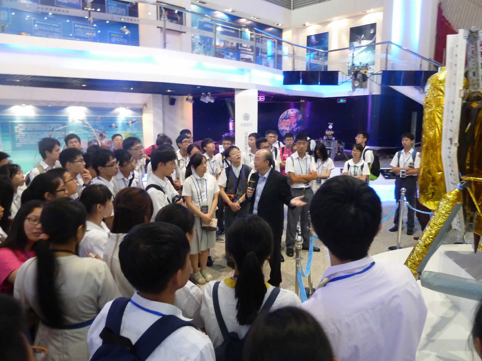 在中國空間技術研究院,嫦娥三號攝影系統設計者容啟亮教授為學生簡介月球攝影情况 (2)