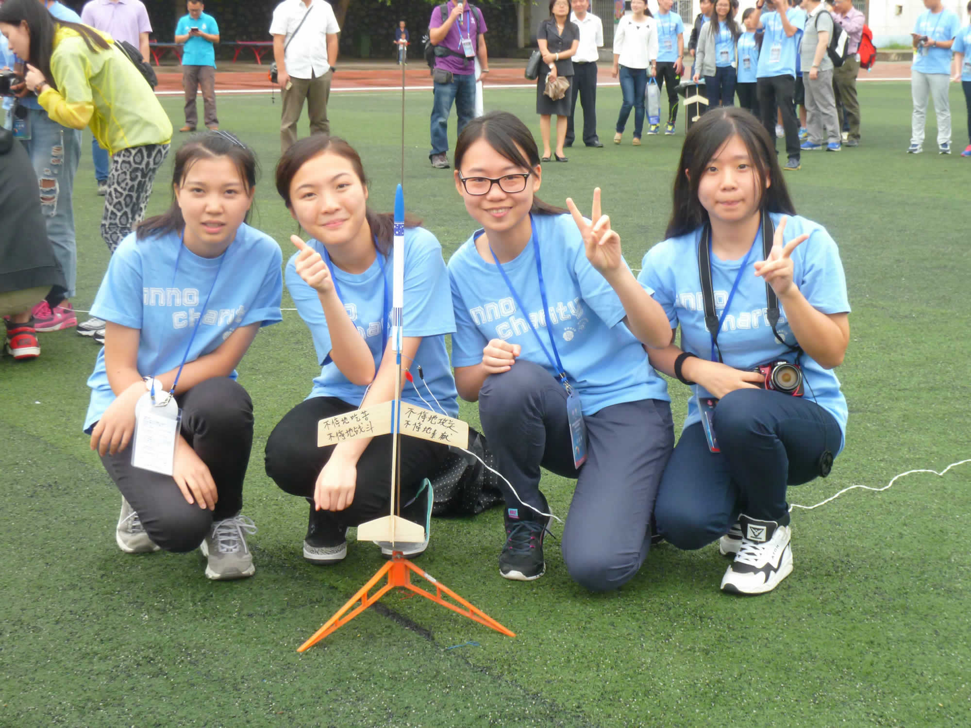 學生準備發射其做的火箭