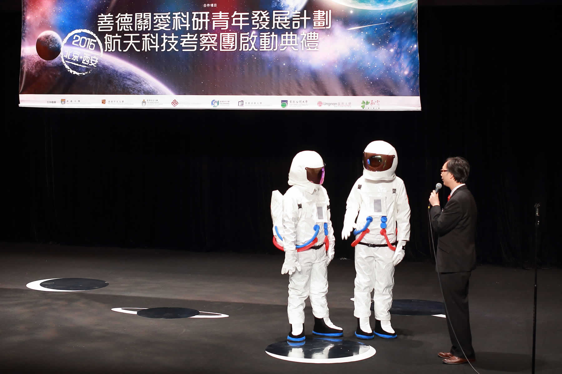 2位穿上太空人服裝的學生接受訪問